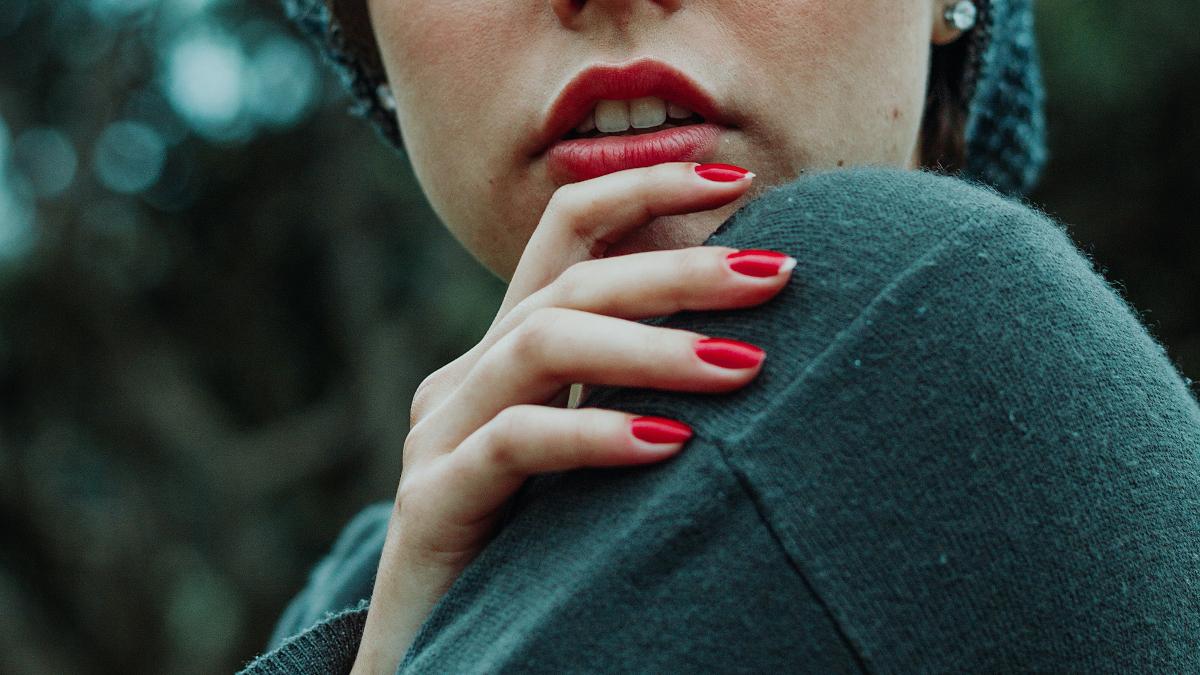 Τα 10 πιο ωραία red manicures για να εντυπωσιάσεις φέτος το Πάσχα