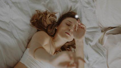Κοιμάσαι μόνη; Η επιστήμη σου έχει ευχάριστα!