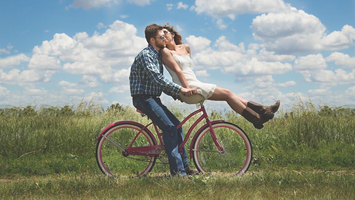 Βαριέσαι εύκολα τις σχέσεις; Τρία ζώδια που θα σε κάνουν... κορίτσι για σπίτι