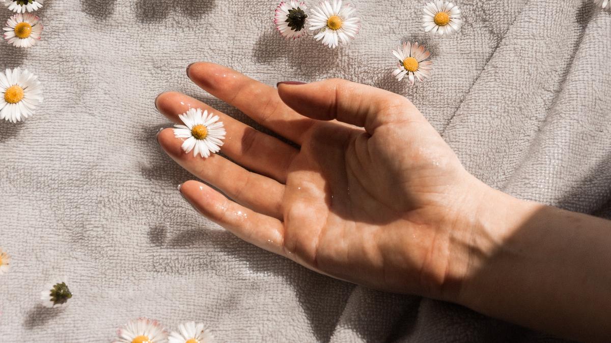 Τα daisy nails θα δώσουν άλλο αέρα στο φετινό καλοκαίρι! Πάρε ιδέες