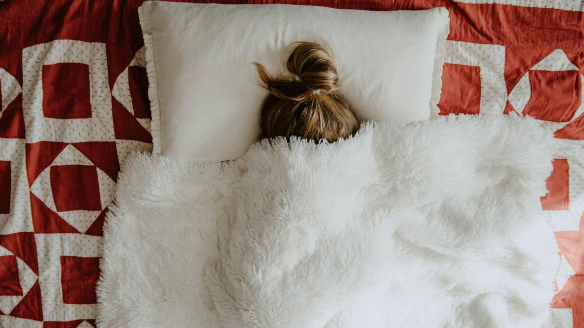 Τρία απλά tips για να μην σπάνε τα μαλλιά σου όταν κοιμάσαι