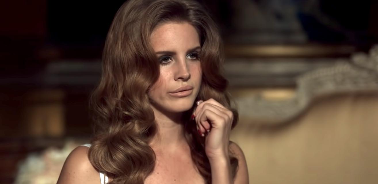 Lana Del Rey | Πιο πληθωρική από ποτέ απενοχοποιεί πλήρως τις γυναικείες καμπύλες
