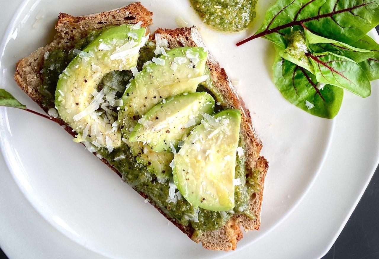 Έτοιμο σε 5'! Το spread αβοκάντου θα μεταμορφώσει το τοστ σου σε gourmet brunch
