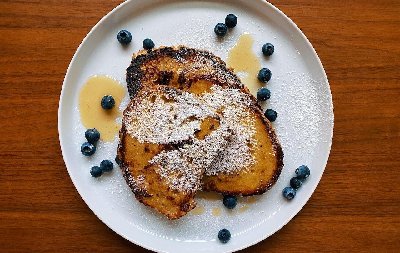 Γλυκές αυγοφέτες με σιρόπι σφενδάμου και blueberries για το πιο γλυκό ξύπνημα Κυριακής